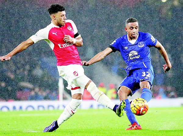 Arsenal's English midfielder Alex Oxlade-Chamberlain (left), vies with Everton's Zimbabwean midfielder Brendan Galloway (right), during the English Premier League football match between Arsenal and Everton at the Emirates Stadium in London on Oct 24. (AFP)