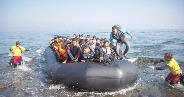 Migrants and refugees arrive on a dinghy from the Turkish coast to the northeastern Greek island of Lesbos on Oct 19. More than 600,000 people, mostly Syrians, have reached Europe since the beginning of this year. (AP)