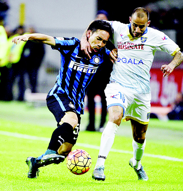 Inter Milan's defender from Japan Yuto Nagatomo (left), fights for the ball with Frosinone's midfielder from Italy Danilo Soddimo during the Italian Serie A football match Inter Milan vs Frosinone on Nov 22 at the San Siro Stadium in Milan. (AFP)