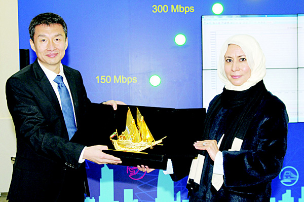 Emman Al Roudan honors Li Dafeng, President of Huawei Middle East and Africa, during his visit to Zain's headquarters.