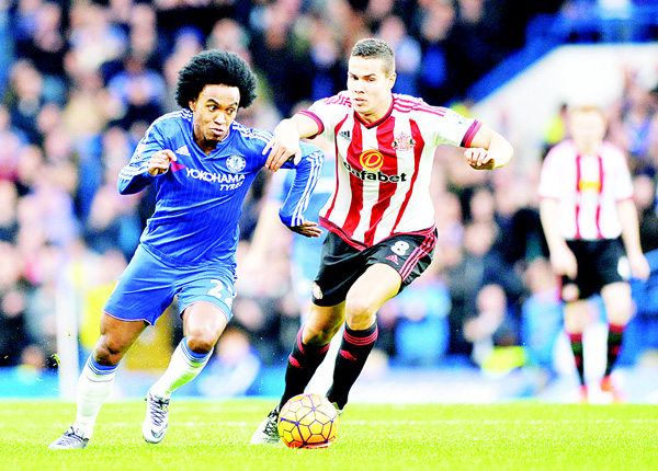 Chelsea's Brazilian midfielder Willian (left), vies with Sunderland's English midfielder Jack Rodwell during the English Premier League football match between Chelsea and Sunderland at Stamford Bridge in London, on Dec 19. (AFP)