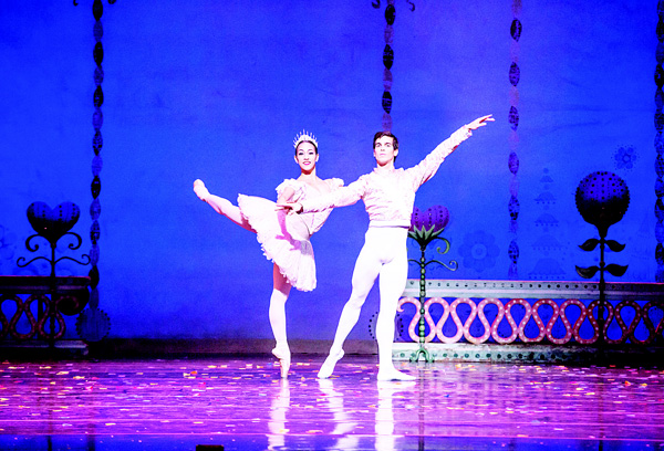 This image released by Goldstar Events Inc shows Amanda Assucena (left), and Alberto Velazquez during a performance of The Joffrey Ballet's 'The Nutcracker.' The Joffrey Ballet's long-running version of 'The Nutcracker' has won the Goldstar National Nutcracker Award. The Chicago-based show beat out more than 106 other 'Nutcracker'-themed productions to win the 9th annual audience-favorite prize, which includes a cash prize for its education programs. (AP)