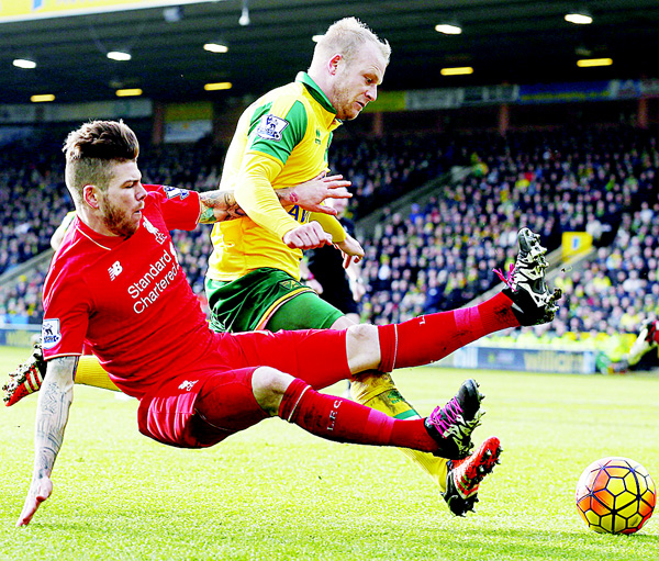 Liverpool's Spanish defender Alberto Moreno (left), vies with Norwich City's Scottish striker Steven Naismith during the English Premier League football match between Norwich City and Liverpool at the Carrow Road Stadium in Norwich, Norfolk, England, on Jan 23. (AFP)