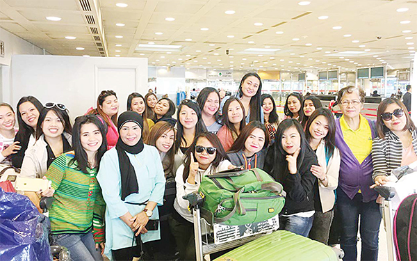 A group photo of Pinoy nurses with Asst Labour Attache Angelita Narvaez (2nd from right).
