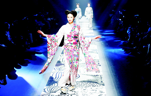 A model displays a creation by Japanese designer Jotaro Saito during the 2016 Autumn/Winter collection at the Tokyo Fashion Week in Tokyo, on March 16. (AP)