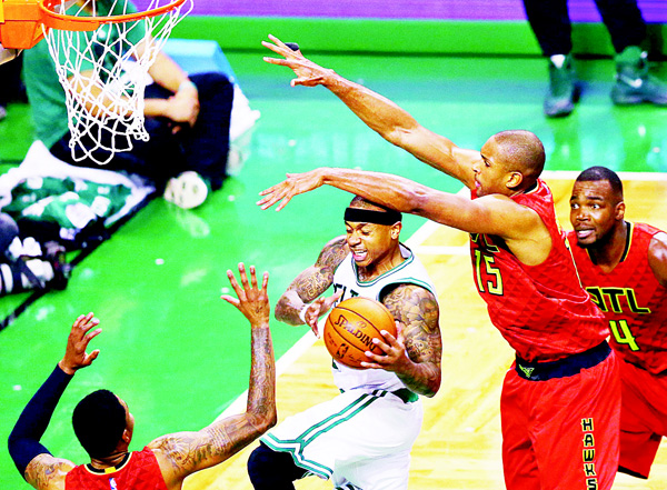 Kent Bazemore #24 of the Atlanta Hawks and Al Horford #15 defend Isaiah Thomas #4 of the Boston Celtics during the fourth quarter of Game Four of the Eastern Conference Quarterfinals during the 2016 NBA Playoffs at TD Garden on April 24, in Boston, Massachusetts. (AFP)