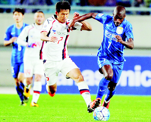 Ramires Santos (right), of China's Jiangsu FC competes for the ball with Morishige Masato of Japan's FC Tokyo during the AFC Champions League group stage football match in Nanjing, east China's Jiangsu province on April 6. (AFP)