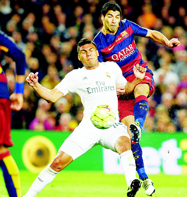Real Madrid's Brazilian midfielder Casemiro vies with Barcelona's Uruguayan forward Luis Suarez during the Spanish league 'Clasico' football match FC Barcelona vs Real Madrid CF at the Camp Nou Stadium in Barcelona on April 2. (AFP)