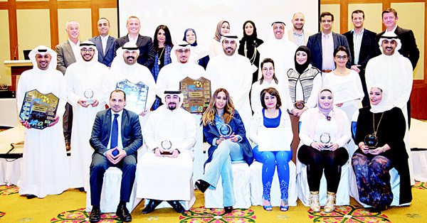 Fawzy Al-Thunayan (GM Board Affairs), Stewart Lockie (GM, Retail Banking) & RBD Management with the awardees during ABK's 'Best of the Best' Awards ceremony.