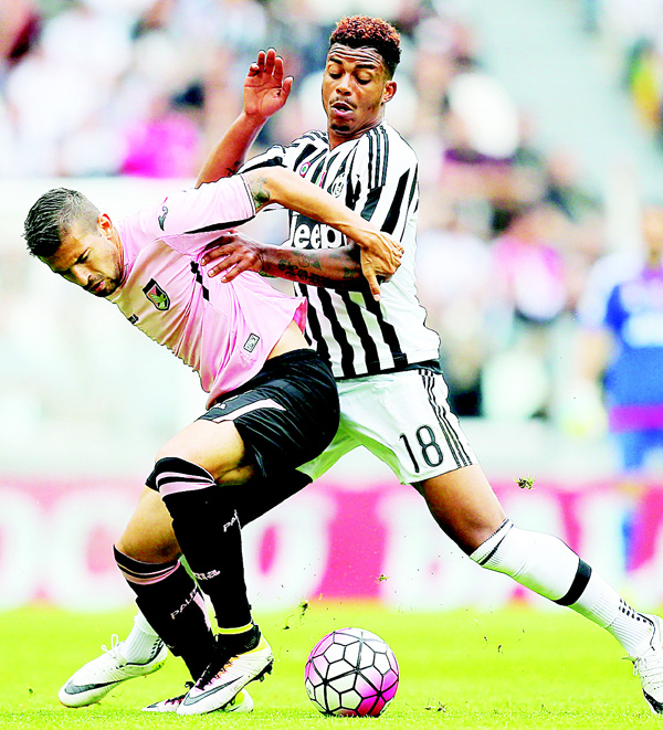 Palermo's forward Franco Vazquez (left), fights for the ball with Juventus' defender Mario Lemina from France during the Italian Serie A football match Juventus vs Palermo on April 17, at the Juventus Stadium in Turin.(AFP)