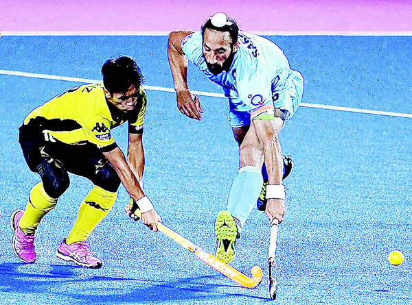 India's Sardar Singh (right), fights for the ball with Faiz Jali of Malaysia during their match of the 2016 Sultan Azlan Shah men's field hockey tournament at Azlan Shah stadium in Malaysia's northern town of Ipoh on April 15. (AFP)