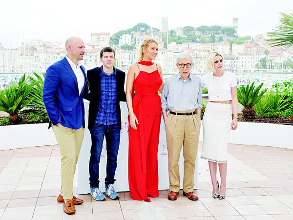 (From left): US actor Corey Stoll, US actor Jesse Eisenberg, US actress Blake Lively, US director Woody Allen and US actress Kristen Stewart pose on May 11 during a photocall for the film 'Cafe Society' ahead of the opening of the 69th Cannes Film Festival, southern France. (AFP)