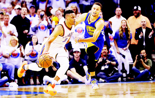 Russell Westbrook #0 of the Oklahoma City Thunder drives against Stephen Curry #30 of the Golden State Warriors in the third quarter in game four of the Western Conference Finals during the 2016 NBA Playoffs at Chesapeake Energy Arena on May 24, in Oklahoma City, Oklahoma. (AFP)