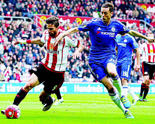 Sunderland's Italian striker Fabio Borini (left) vies with Chelsea's Serbian midfielder Nemanja Matic during the English Premier League football match between Sunderland and Chelsea at the Stadium of Light in Sunderland, northeast England on May 7. (AFP)