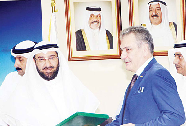 Al-Omair exchanging signed documents with Limak offi cial