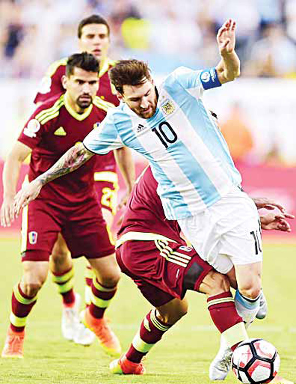 Argentina's Lionel Messi (right), vies for the ball with Venezuela's Tomas Rincon (center), during a Copa America Centenario quarter-final football match in Foxborough, Massachusetts, United States on June 18. (AFP)