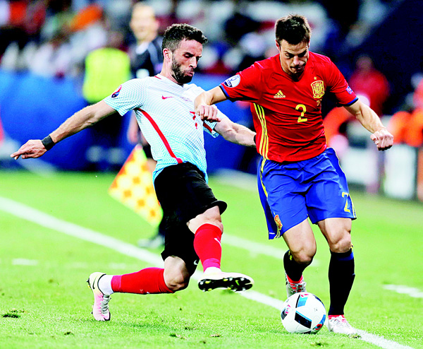 Turkey's Gokhan Gonul (left), fights for the ball with Spain's Cesar Azpilicueta during the EURO 2016 Group D soccer match between Spain and Turkey at the Allianz Riviera Stadium in Nice, France, June 17. (AP)