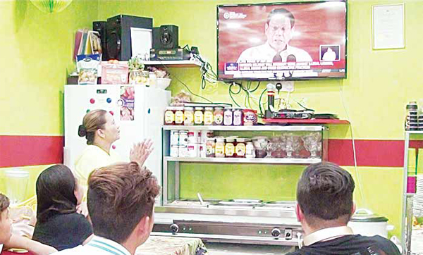 Filipinos watch the President's SONA on the Filipino Channel at a restaurant in Hawally.