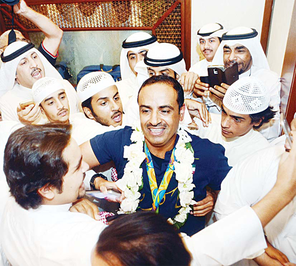 Kuwaiti shooter Fehaid Al-Deihani, who won the gold medal at the Rio Olympics in the double trap competition, being mobbed by fans upon his arrival at Kuwait airport