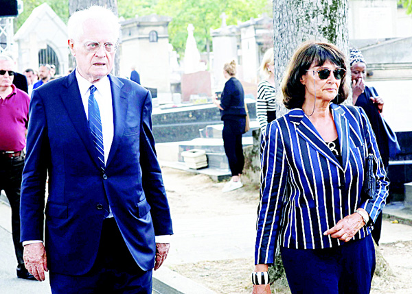 French former prime minister Lionel Jospin (left), and his wife Sylviane Agacinski attend the funeral ceremony of French fashion designer Sonia Rykiel on Sept 1, at the Montparnasse cemetery in Paris. Sonia Rykiel, the influential French designer who helped shape the contemporary woman's wardrobe, died on Aug 25, 2016 at the age of 86 after a long battle with Parkinson's disease. (AFP)