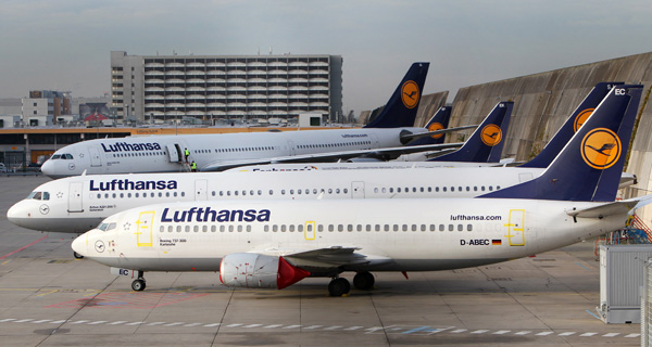 Parked aircrafts of german carrier Lufthansa stand on a tarmac due to a pilots' strike at the airport in Frankfurt am Main, on November 23, 2016. Germany's flagship carrier Lufthansa cancelled nearly 900 flights Wednesday because of a strike by pilots, causing travel disruption for tens of thousands of passengers in the latest escalation of a long-simmering pay dispute. / AFP / DANIEL ROLAND
