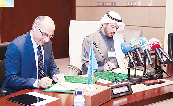 Chairman and Managing Director of EPA Sheikh Abdullah Ahmad Al-Hmoud Al-Sabah and UNEP Representative Iyad Abumoghli sign an agreem
