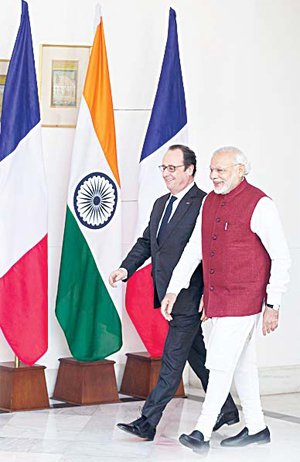 Indian Prime Minister Narendra Modi (right), escorts French President Francois Hollande, as they head for a delegation level meeting in New Delhi, India, on Jan 25. (AP)