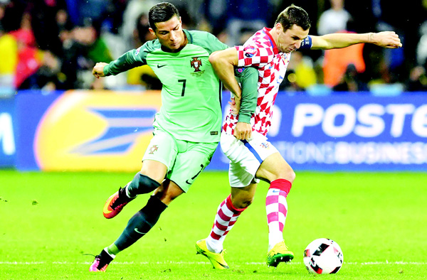 Portugal's forward Cristiano Ronaldo (left), vies with Croatia's defender Darijo Srna during the round of 16 football match Croatia against Portugal of the EURO 2016 football tournament on June 25, at the Bollaert-Delelis Stadium in Lens. (AFP)