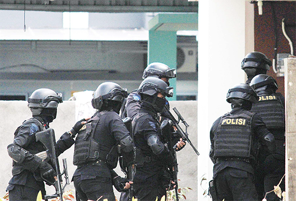 Indonesian anti-terror police conduct a raid at a house in Batam on Aug 5. Indonesian police on Friday arrested six suspected militants over a plot to launch a rocket attack on an up-market Singapore waterfront district from a nearby island, prompting the city-state to tighten security. (AFP)